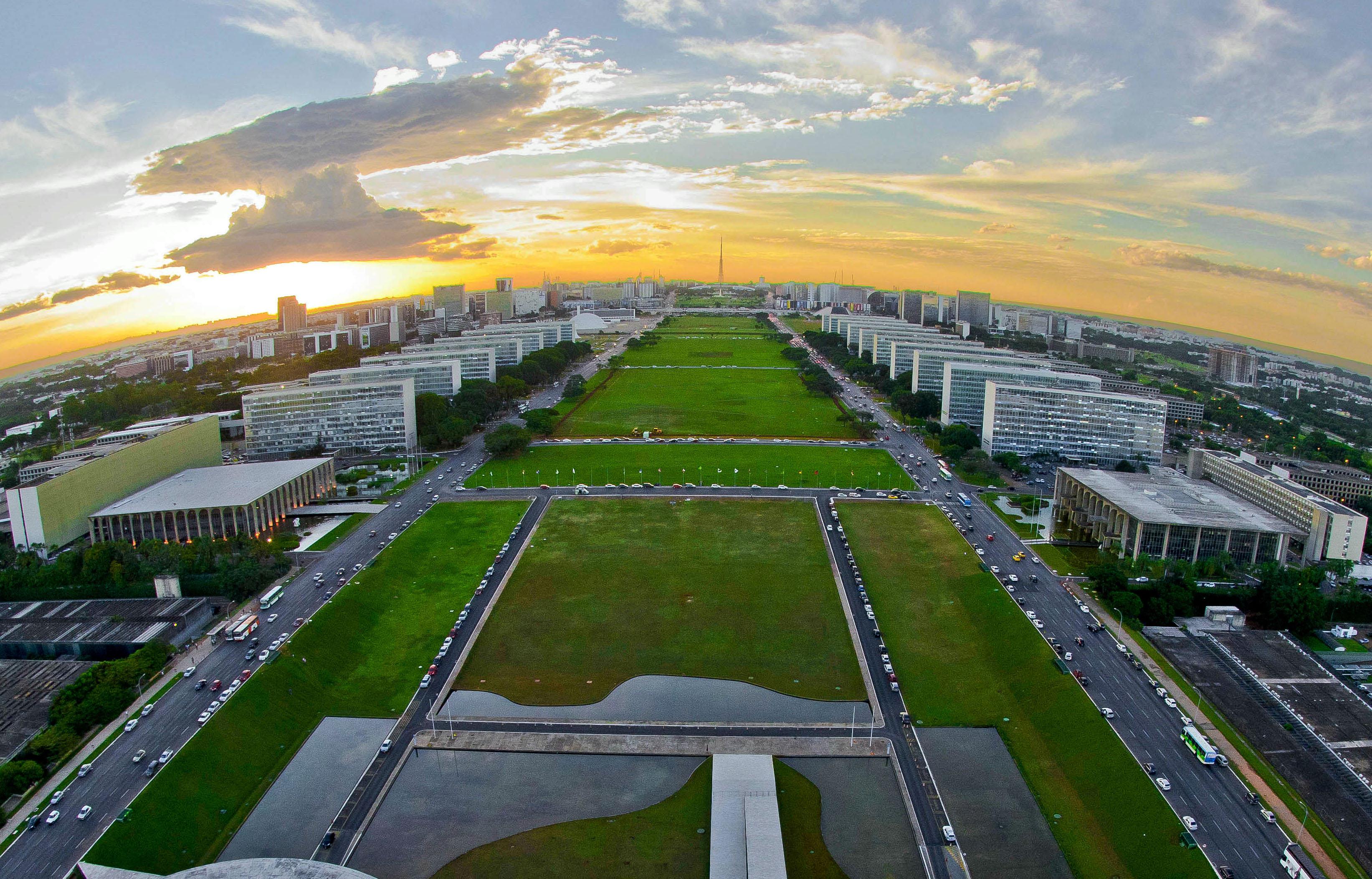 Com Esplanada fechada e grades, Brasília recebe turistas para a ... b9d049ff37